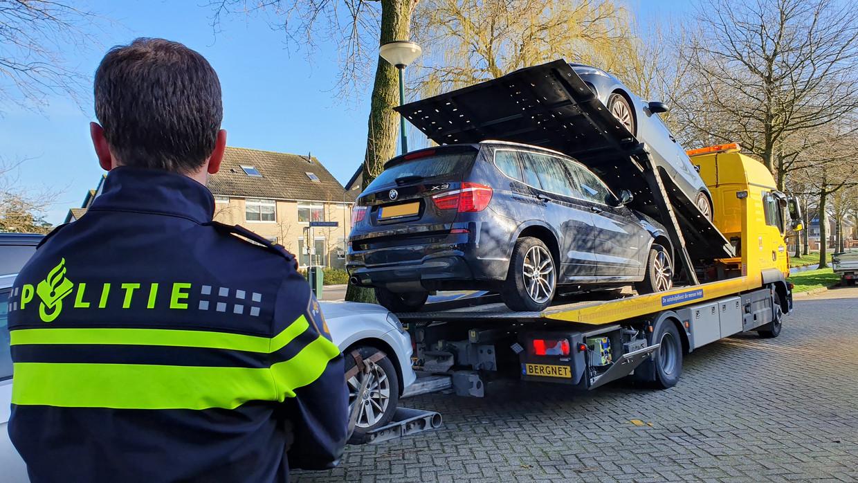 Politie en de Fiod legden dinsdag onder andere beslag op drie auto's van de 55-jarige Abcoudenaar.