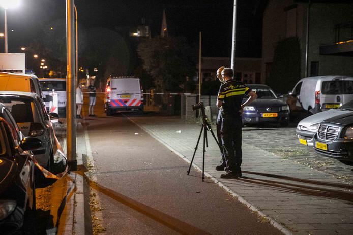 Politie doet onderzoek op het fietspad naast de Hatertseweg in Nijmegen nadat daar zondagavond een scooterrijder ten val kwam.