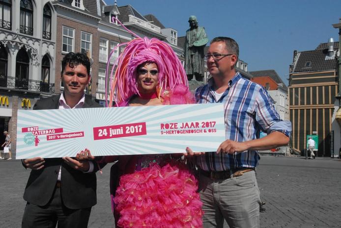 Strangée, te midden van Eric Logister en René Peters,de wethouders van Den Bosch en Oss.
