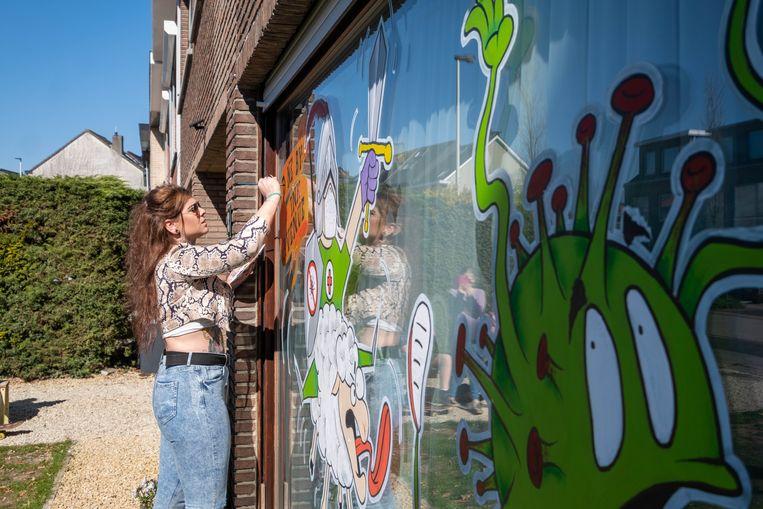 Tattoo-artiest Melni Sikorski, bezig aan een van de tekeningen.
