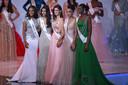 Toni-Ann Singh, à gauche, la numéro 3: Miss Inde Suman Ratansingh, la 4e: Miss Brésil Elis Coelho, la première dauphine: Miss France Ophely Mezino et pour fermer le podium: Miss Nigeria Nyekachi Douglas.