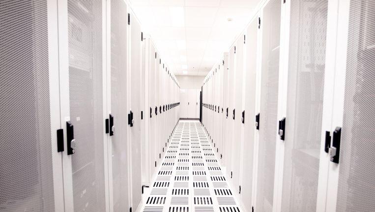 In de serverruimte van AMS-IX, in het Science Park in Amsterdam, wordt het dataverkeer tussen internetproviders geregeld. Beeld Bart Mühl
