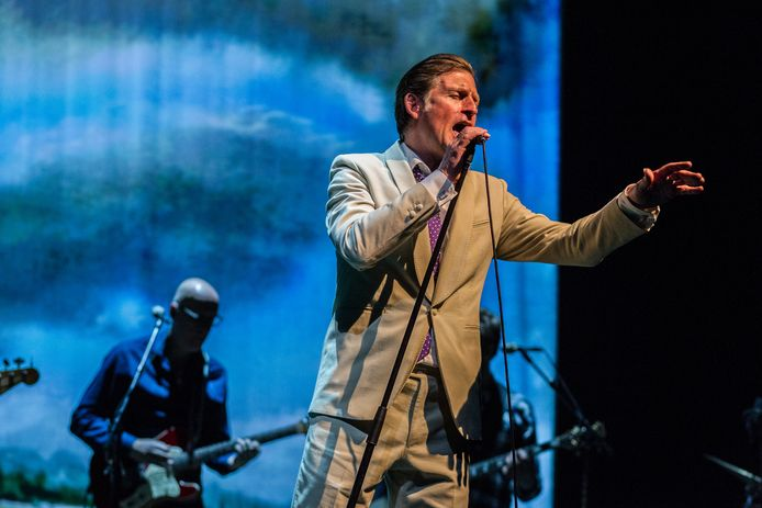 De Nederlandse band De Dijk met zanger Huub van der Lubbe tijdens een try-out optreden in De Nieuwe Luxor.