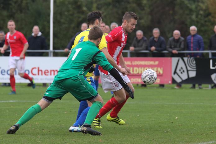Johan Voskamp profiteert van een slippertje achterin bij VV Schipluiden en kan ongehinderd de 1-0 maken.