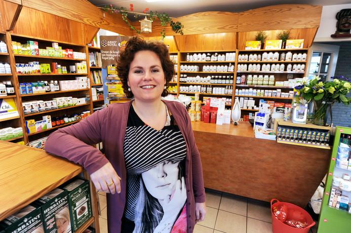 Nadine van den Hazelkamp in haar winkel in Deest.