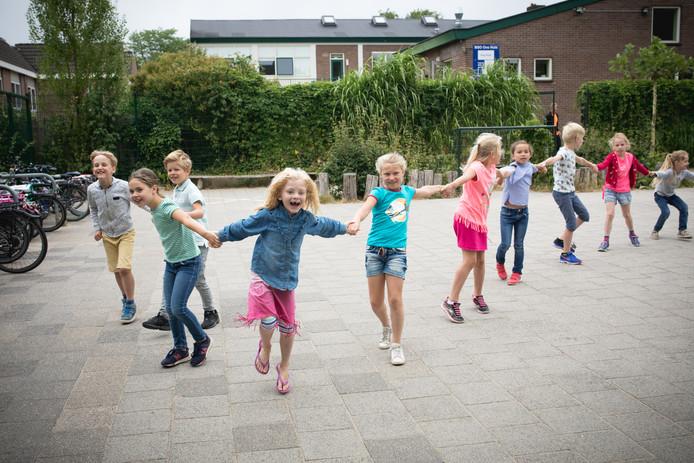 Vanwege het mooie weer krijgen de kinderen van de G.J. van den Brinkschool deze laatste week voor de vakantie gymles buiten op het schoolplein.