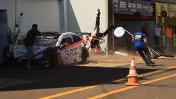 Vreselijke beelden uit autosport: 3 mecaniciens in de lucht getorpedeerd na aanrijding