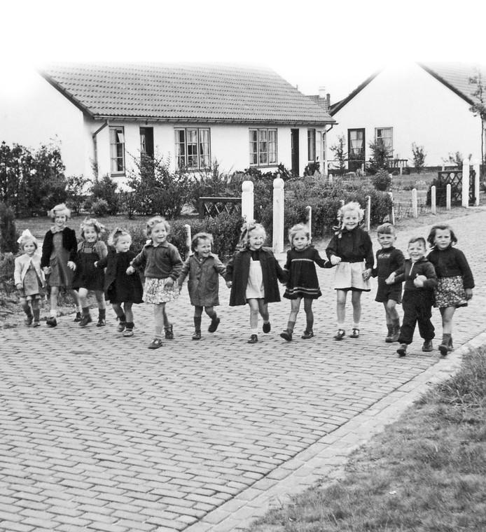 Een vrolijke foto uit de wederopbouwjaren. Locatie: de Pruisische Veldweg, met op de achtergrond de 'noodwoningen.'