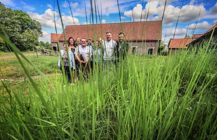 De verantwoordelijken van de vzw Van Clé en politici op het domein van hoeve Te Coucx, de nieuwe locatie van de kinderboerderij. De plannen werden er maandagnamiddag voorgesteld.