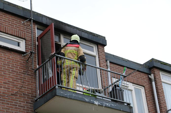 De Brandweer is ter plaatse bij een woningbrand in Oldenzaal