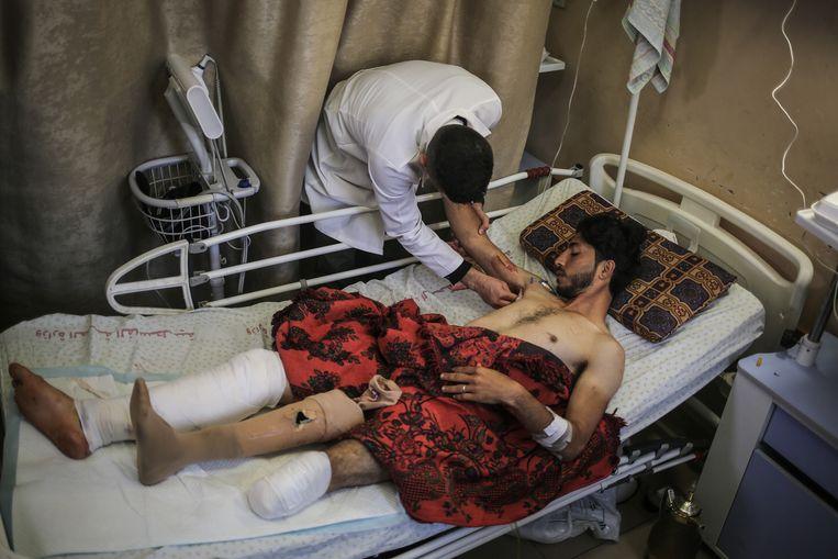 Een Palestijnse jongen wordt behandeld aan zijn verwondingen die hij opliep bij de 'Mars van de Terugkeer', nadat Israëlische soldaten het vuur openden.  Beeld Getty Images