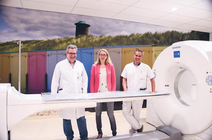 Jo Verhaegen (links), Yvon Boonman (midden) en Gert Dijkgraaf bij een CT-scanner.