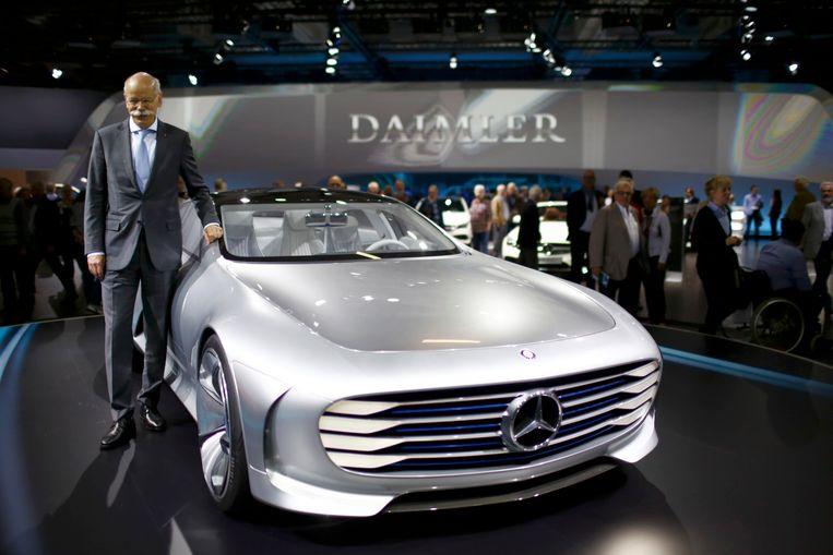 Daimler-CEO Dieter Zetsche in april bij de conceptwagen van Mercedes.