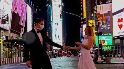 """Renate en Robin maken trouwfoto op opvallend leeg Times Square: """"Onze boodschap? Geniet van de kleine dingen"""""""