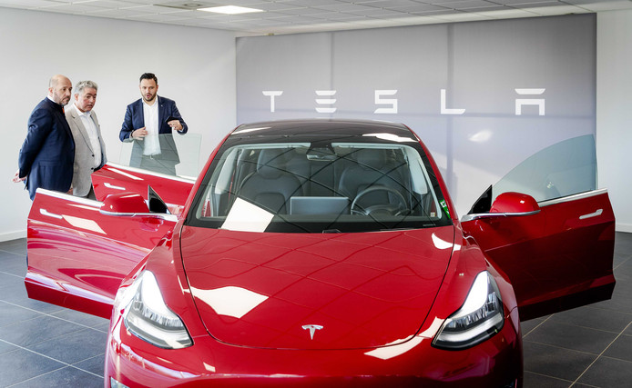 De Tesla Model 3 in een Nederlandse showroom