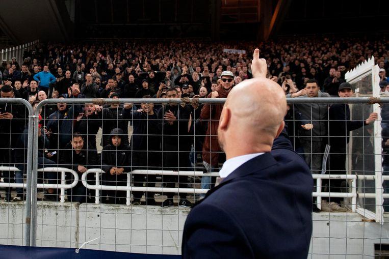Coach Erik ten Hag van Ajax bedankt het publiek. Beeld anp
