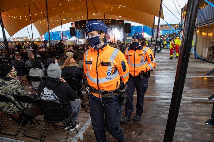 De politie controleert op het eerste coronaveilig festivalplein van ons land: op zaterdag 10 oktober, tijdens de mini-Alcatraz Sound of Noise voor metalliefhebbers.
