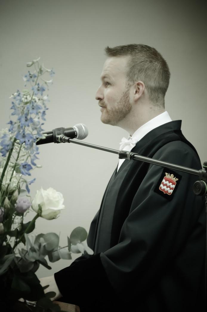Journalist Tjietse Broeders in zijn rol als trouwambtenaar.