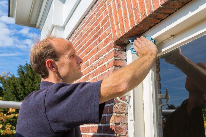 De ramen lappen is het halve werk. Hoe maak je de kozijnen schoon? Marja Middeldorp legt uit.