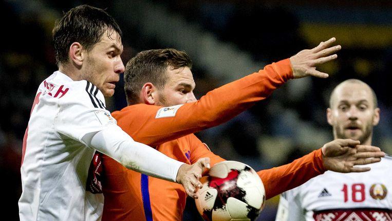 Vincent Janssen van het Nederlands elftal in duel met Sergei Politevich van Wit-Rusland, 7 oktober. Beeld null