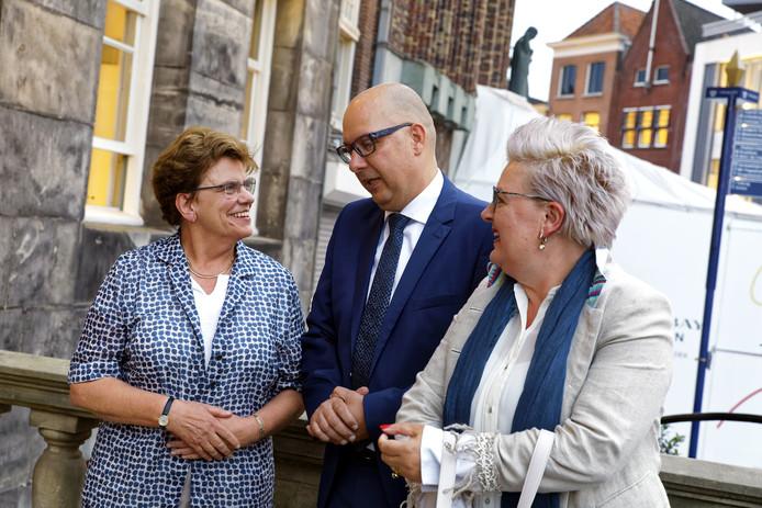 Jack Mikkers, de beoogd nieuwe burgemeester van Den Bosch, en zijn echtgenote Astrid worden verwelkomt door secretaris Irma Woestenberg.