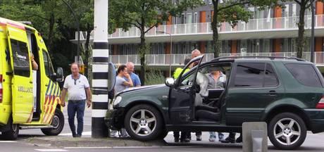 Automobilist botst op verkeerspaal in Enschede