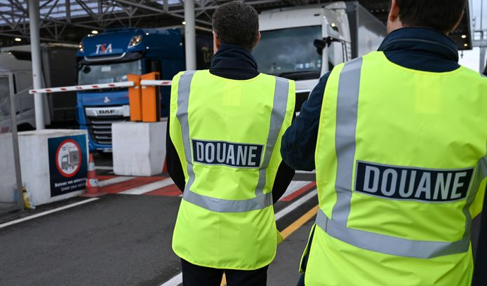 Medewerkers van de douane bij de tunnel in Calais die Frankrijk verbindt met Engeland.