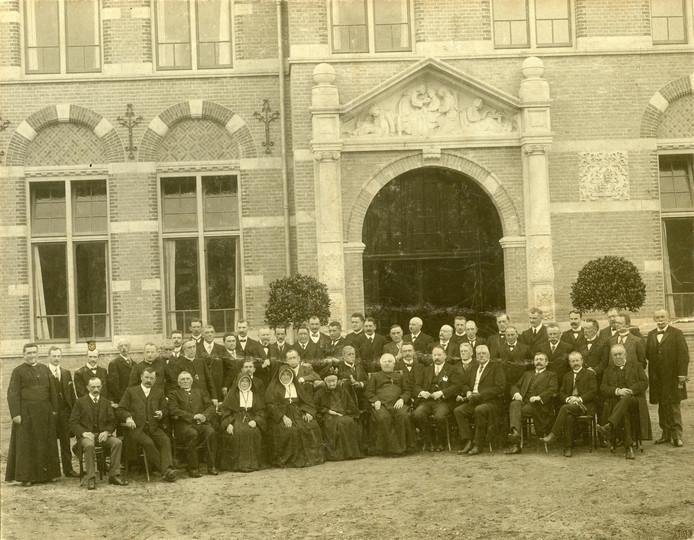 Opening van het Sint Annaziekenhuis in 1913. Alle genodigden poseren bij de entree met timpaan.