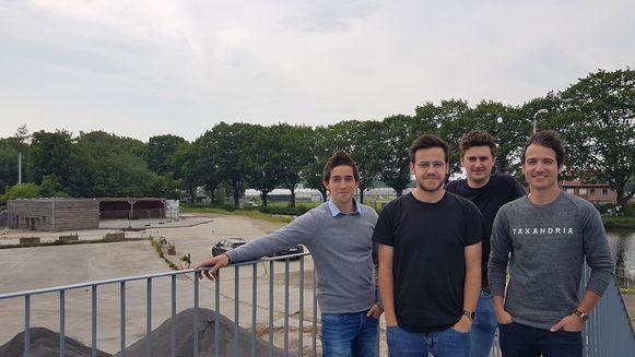De mannen van Kollektiv  Productions vorig jaar bij de opbouw van Bar 5 in Beerse.