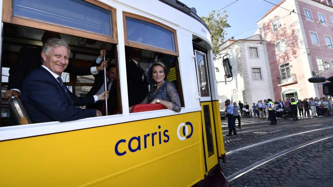 Koning springt op groene tram, maar krijgt eigen paleis nauwelijks milieuvriendelijker