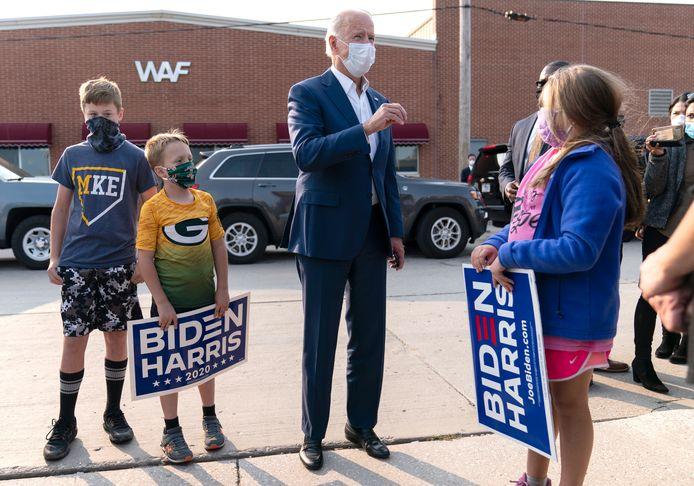 Joe Biden begroet enkele van zijn aanhangers bij de Wisconsin Aluminum Foundry in Manitowoc, Wisconsin, waar hij maandag campagne voerde.
