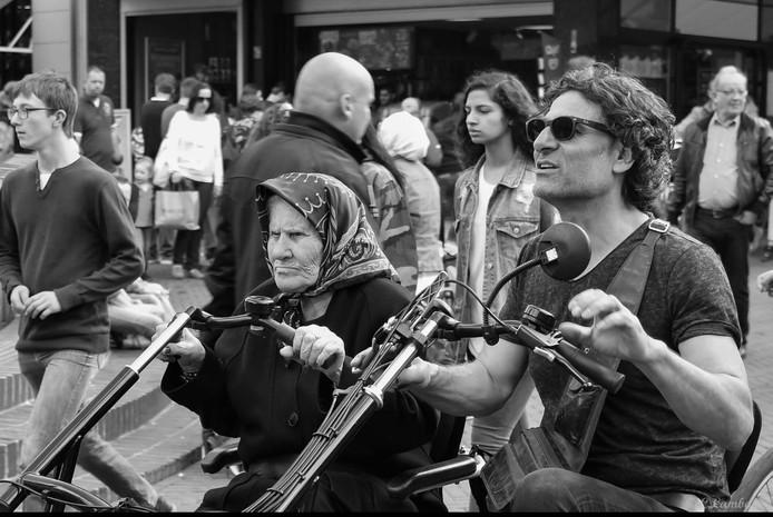 Lambach is provinciewinnaar geworden met een foto van de moeder van Ayşe Polat en haar broer tijdens een fietstocht in Enschede