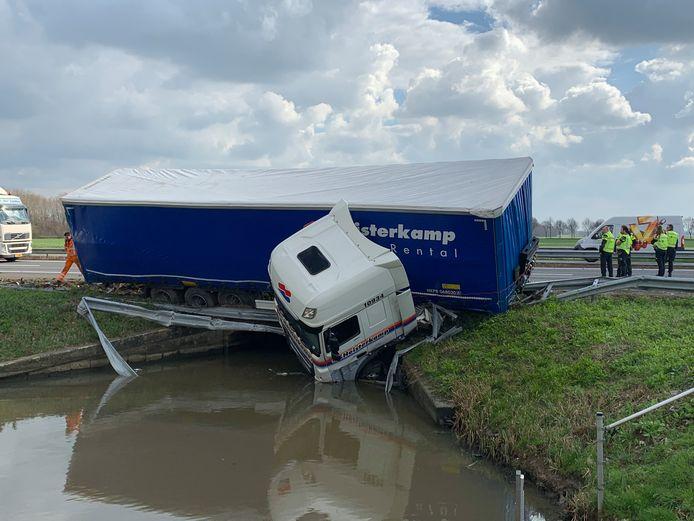 Vrachtwagen in water langs A15