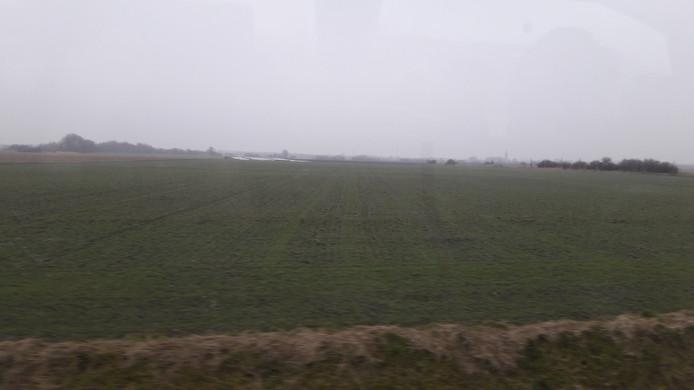 Binnendoor langs Sint Janskerke, een groene route. Het valt wel mee met de kustbebouwing, concludeert het gezelschap.