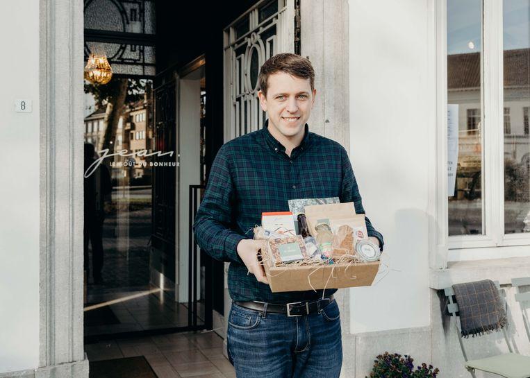 Jan D'Hollander van Jean biedt vanaf eind november een geschenkenmand aan met Lokerse delicatessen.
