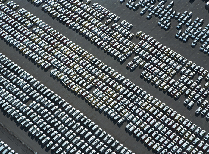 Rijen nieuwe auto's.