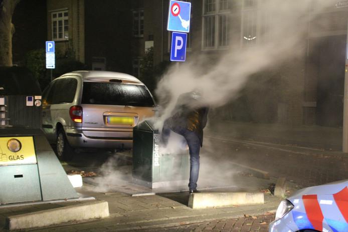 Bewoners proberen de brand te blussen in de Vlierboomstraat