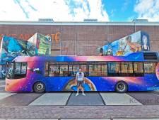 Dankzij kunstenaar uit Waddinxveen rijdt deze opvallende 'Galaxy-bus' rond door Amsterdam