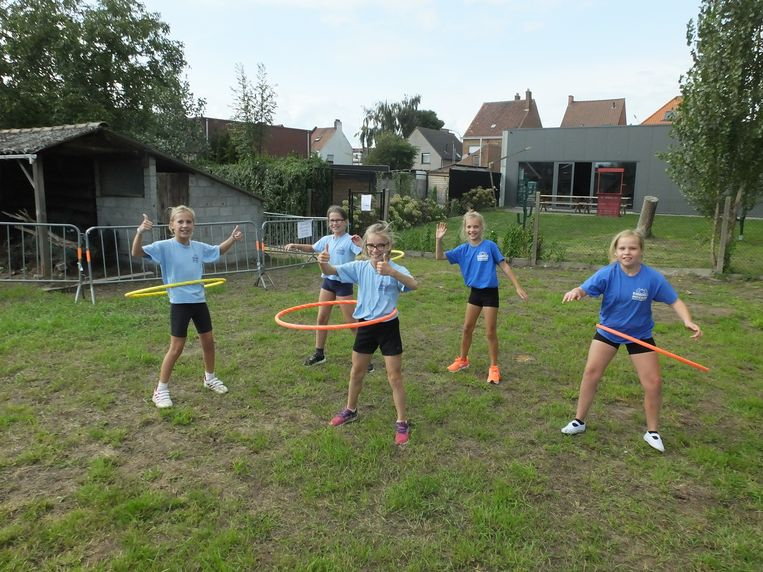 De leerlingen van basisschool Mozaïek testen hun nieuwe speelweide uit.