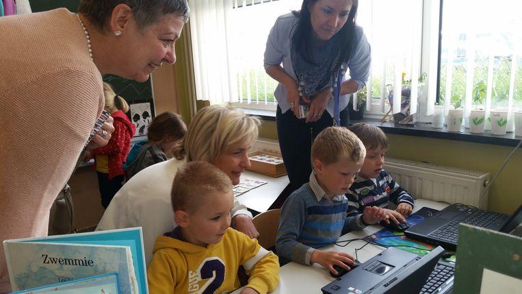 Hilde Crevits bezocht ook de kinderen van de derde kleuterklas, die al op de laptop aan het oefenen waren.