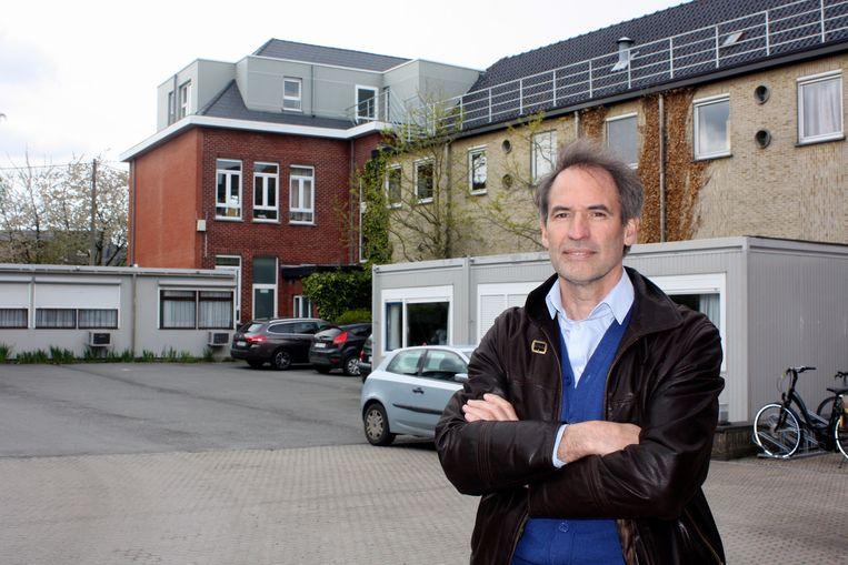 Directeur Johan Rotsaert aan de containers die het plaatsgebrek van Huize Roborst moeten opvangen.
