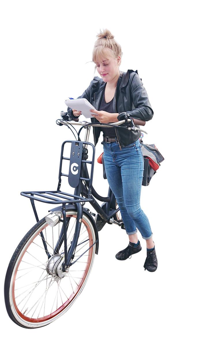 Mees van der Vleugel fietst deze zomer kriskras door Uden om te helpen in de thuiszorg. JB BD thuiszorg