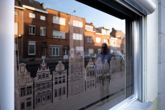 Eric Gevaerts sneed de gebouwen van de Mechelse Grote Markt uit in glasfolie.