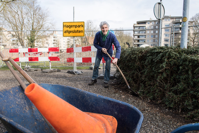 Ondanks dat de aanleg van het Doepark is stilgelegd gaat vrijwilliger Henk Jansen gewoon door met het onderhoud buiten de hekken.