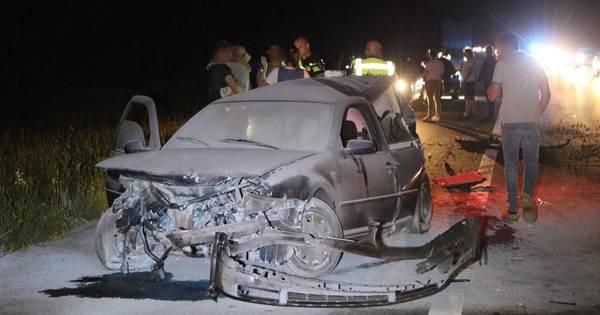 Auto vliegt in brand bij ernstig ongeval op A1 bij Voorthuizen: vrouw en kind gewond.