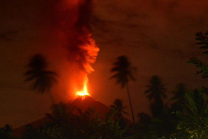 Archiefbeeld: Vulkaan Soputan barstte ook op 3 oktober dit jaar al uit.