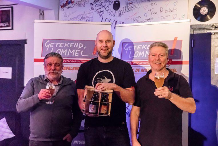 Fred Kemps, Bart Proost en Henk Fijneman van 'Getekend Lommel' met enkele van de nieuwe stripbieren.