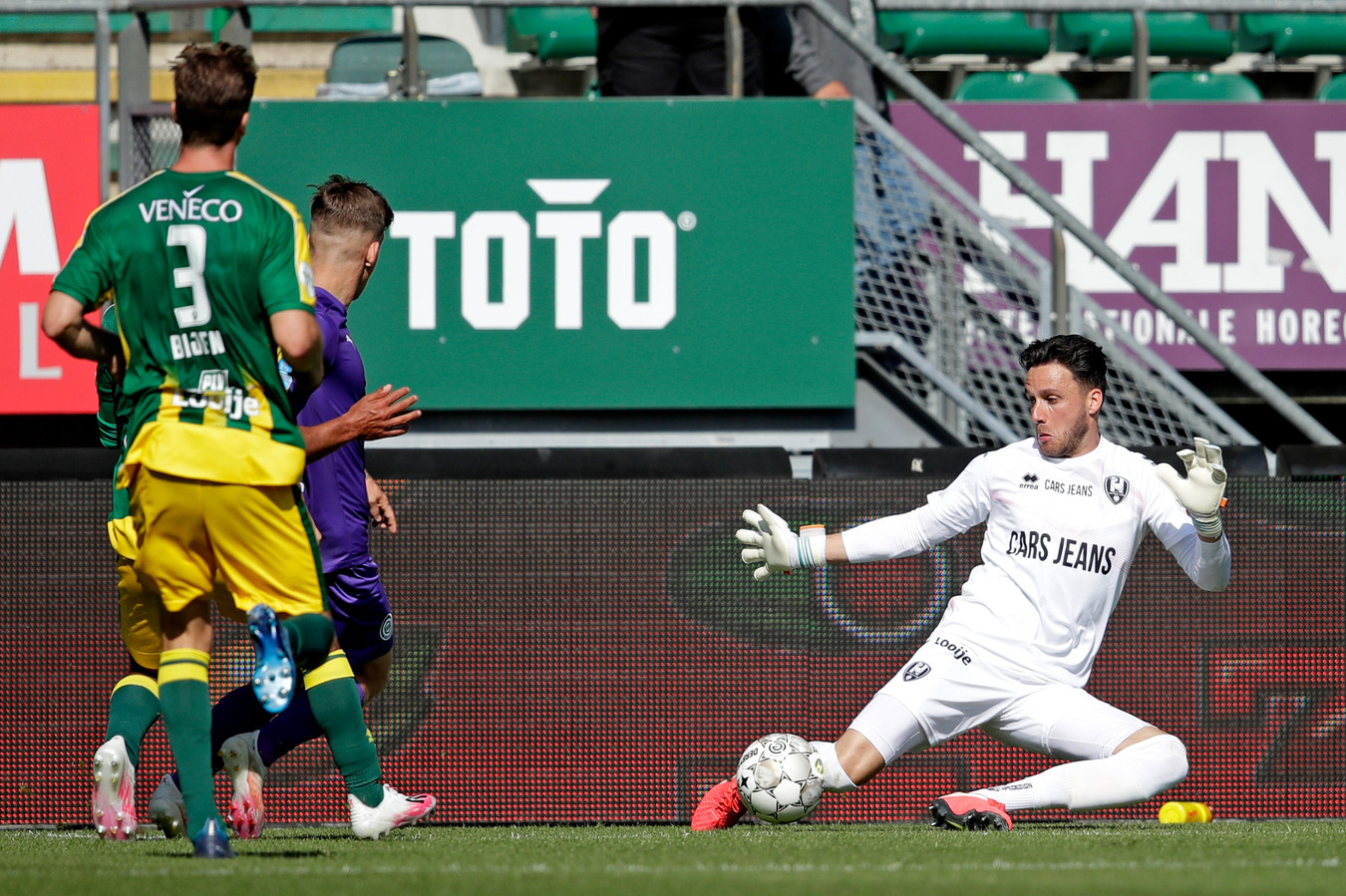 Luuk Koopmans houdt FC Groningen-speler Tomas Suslov van scoren af.De keeper is net als afgelopen seizoen één van de spaarzame lichtpuntjes bij ADO Den Haag.