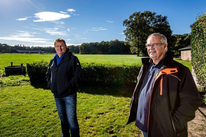 Jos Venneman (rechts) en Bert Kleine Schaars koesteren het Sallandse coulissenlandschap. Maar de dreiging van een golf aan zonneparken en windmolens zorgt voor onrust op het Deventer platteland.