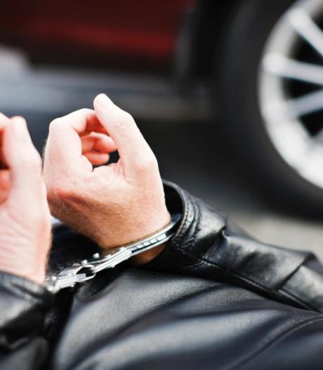 Man wordt aangehouden voor belediging en vernielt politiebus in Oosterhout
